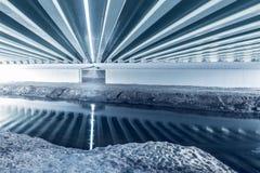 Bau unter der Brücke Stockfoto