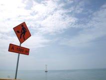 Bau unterzeichnet herein Autobahn auf der Seite des Meeres Stockfoto