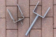 Bau von Autoparkplätzen, von Dächern oder von Zäunen mit verschiedenen Arten von Postenfördermaschinen stockbilder
