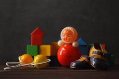 Bau von den Holzklötzen mit hässlichem Spielzeug Lizenzfreie Stockfotos