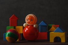 Bau von den Holzklötzen mit hässlichem Spielzeug Lizenzfreies Stockbild