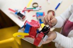 Bau von Kind-` s Robotern stockbilder
