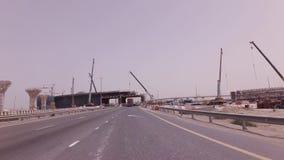 Bau von neuen mehrstufigen Straßenkreuzungen im Dubai-Vorratgesamtlängenvideo stock video footage