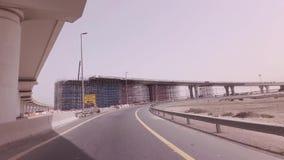 Bau von neuen mehrstufigen Straßenkreuzungen im Dubai-Vorratgesamtlängenvideo stock video