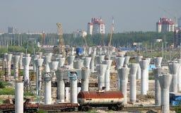 Bau von Ringstraßen, konkrete Säulen. Stockfotos