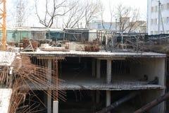 Bau von Untertageböden eines mehrstöckigen Gebäudes in der Stadt Lizenzfreie Stockbilder