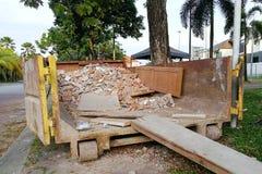 Bauabfallmüllcontainer mit Abfall an der Baustelle lizenzfreie stockfotos