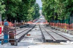 Bauarbeit auf dem Bau von neuen Straßen und dem Legen von Rillenschienen in Lemberg, Ukraine Stockfotos