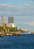 Bauarbeit am Hafendockkran vertikal Stockfotografie