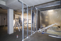 Bauarbeit im Neubau Lizenzfreie Stockbilder