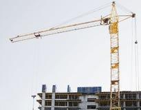Bauarbeit und hohes Aufstiegskrangebäude lizenzfreie stockbilder