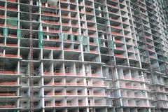 Bauarbeiten auf hohem Aufstiegsgebäude Stockfotos