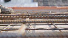 Bauarbeiter in alte Uniform gebundener Armatur an der Baustelle, Abschluss oben stock video footage