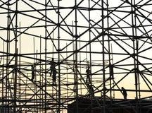 Bauarbeiter auf Baugerüst Stockbilder