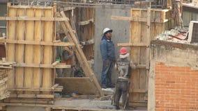 Bauarbeiter auf Baustelle stock video footage
