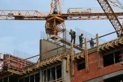 Bauarbeiter auf einem Baugerüsthaus Stockfotos