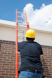 Bauarbeiter auf Strichleiter Stockbild