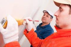 Bauarbeiter, der das Messen tut Lizenzfreies Stockbild