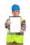 Bauarbeiter, der ein unbelegtes Notizbuch zeigt Stockfoto