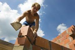 Bauarbeiter, der eine Wand aufbaut Stockfotos