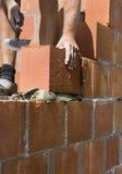 Bauarbeiter, der eine Wand aufbaut Lizenzfreie Stockfotografie