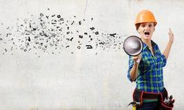Bauarbeiter, der etwas ankündigt Stockfoto