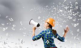 Bauarbeiter, der etwas ankündigt Lizenzfreies Stockfoto