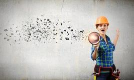 Bauarbeiter, der etwas ankündigt Stockbilder