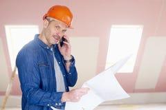 Bauarbeiter, der mit jemand sich berät Stockfoto