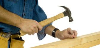 Bauarbeiter, der Nagel antreibt Stockfotos