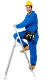 Bauarbeiter, der oben den Bockleiter klettert Lizenzfreie Stockbilder