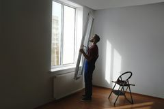 Bauarbeiter, der Plastikfenster installiert lizenzfreies stockbild