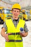 Bauarbeiter, der Projektdokumentation verwahrt Lizenzfreie Stockfotografie