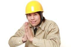 Bauarbeiter, der seine Hände im Gebet faltet Lizenzfreie Stockbilder