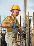 Bauarbeiter, der Verstärkung macht Stockbild