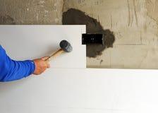 Maurer Der Zementmörtel Auf Fliesen Setzt Stockbild Bild Von - Weiße feinsteinzeugfliesen