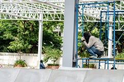 Bauarbeiter, die an Baugerüst arbeiten Stockbild