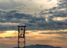 Bauarbeiter, die bei Sonnenuntergang arbeiten stock abbildung