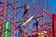 Bauarbeiter, die eine neue Struktur in der Stadt errichten Stockfotografie