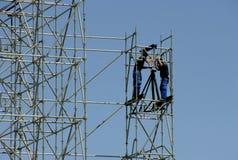 Bauarbeiter, die eine neue Struktur errichten Stockbild