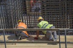 Bauarbeiter, die Rebar binden, um die Verstärkung von Spant 2 zu machen stockfotografie