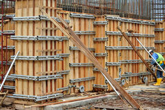 Bauarbeiter, die Verstärkungsbetonmauerschalung fabrizieren Stockfotografie