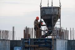 Bauarbeiter an einem Baustellegießen konkret lizenzfreie stockfotos