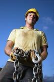 Bauarbeiter-Holding-Kette Stockfoto