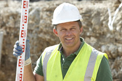 Bauarbeiter-Holding-Maß Lizenzfreie Stockfotografie