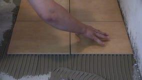 Bauarbeiter ist Tilingsboden zu Hause Alle auf weißem Hintergrund stock video footage