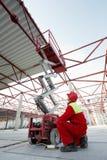 Bauarbeiter mit Aufzugausrüstung Lizenzfreie Stockbilder