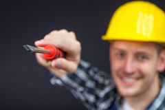 Bauarbeiter mit einem Schraubenzieher Stockfoto