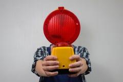 Bauarbeiter mit einer roten Baustandortlampe Lizenzfreies Stockbild