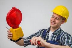 Bauarbeiter mit einer roten Baustandortlampe Lizenzfreie Stockbilder